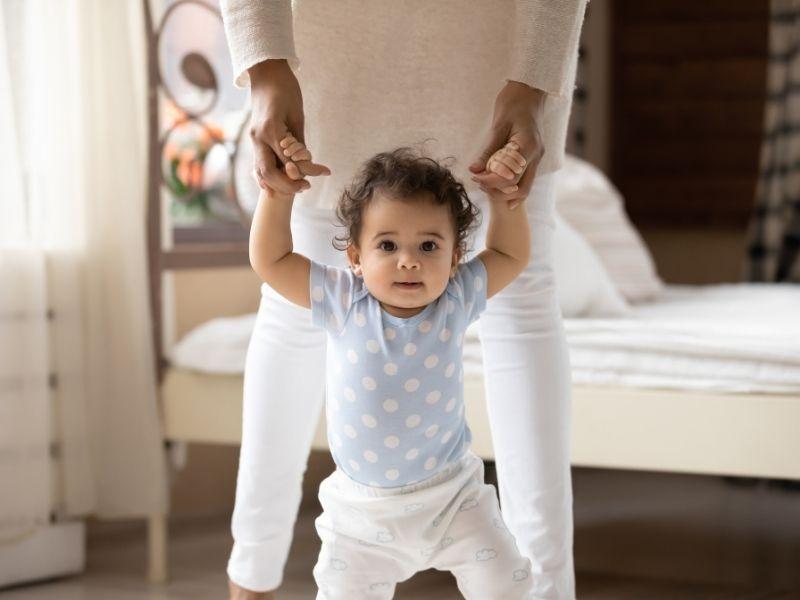 Bebê aprendendo a andar